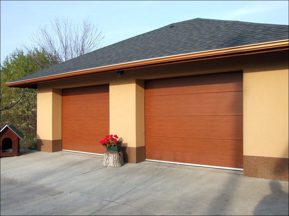 Két minőségi garázskapu egyedi fadekor mintázattal